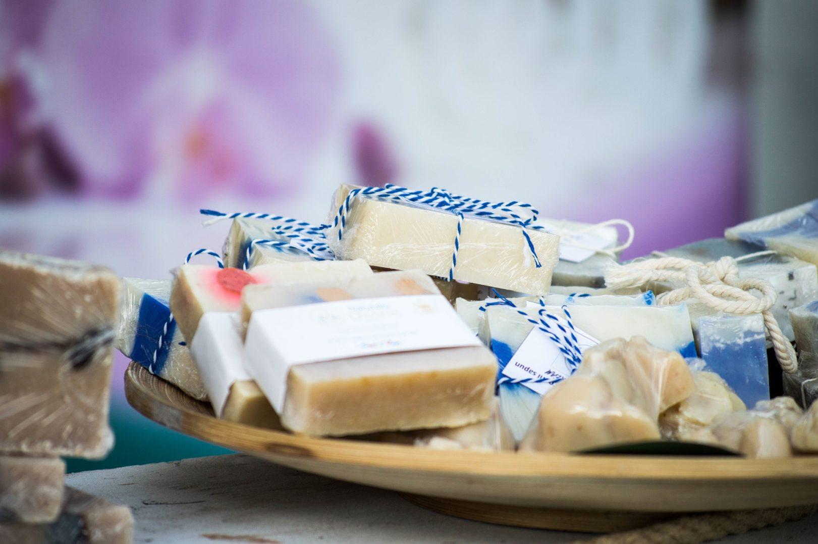 Pomysł na uniwersalny prezent – jak zrobić mydło? (DIY)