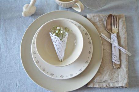 Stroiki na talerze i owijane sztućce na przyjęcie
