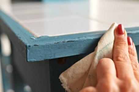 Farby kredowe – jak wykonać przecierkę na meblach? Zrób to sam krok po kroku