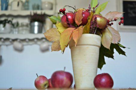 Stroik jesienny z jabłek – zrób to sam