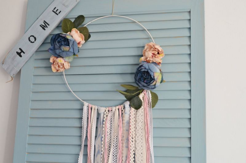 Minimalistyczny łapacz snów ze sztucznych kwiatów – DIY
