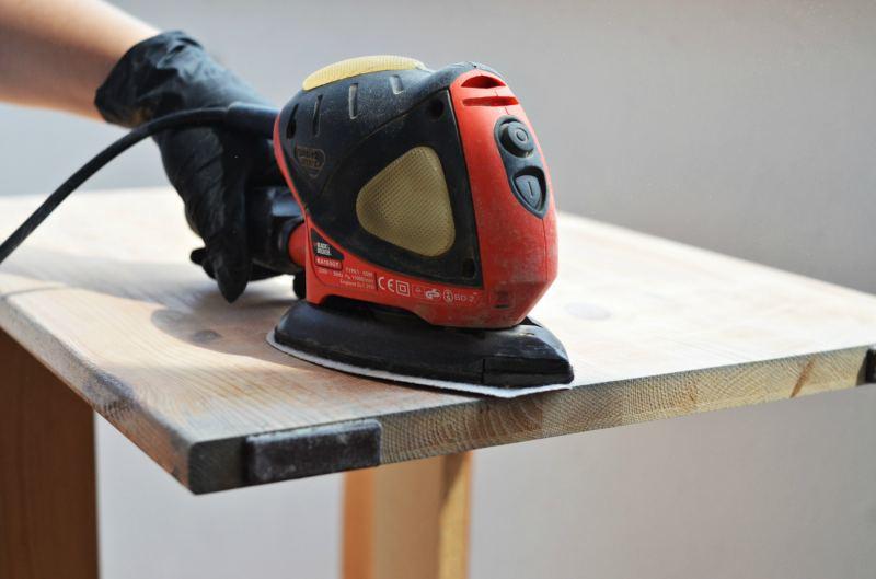 Samodzielne malowanie mebli - jak przygotować mebel? szlifowanie mechaniczne szlifierką