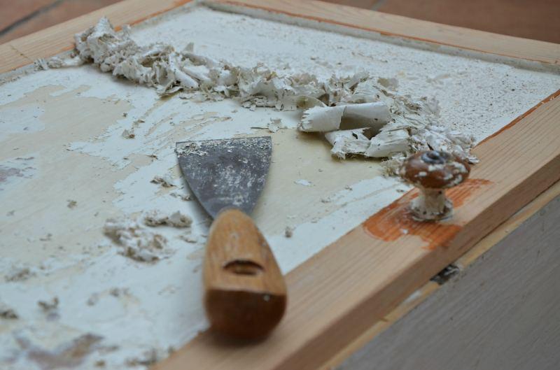 Samodzielne malowanie mebli - jak przygotować mebel? ściaganie starej farby olejnej