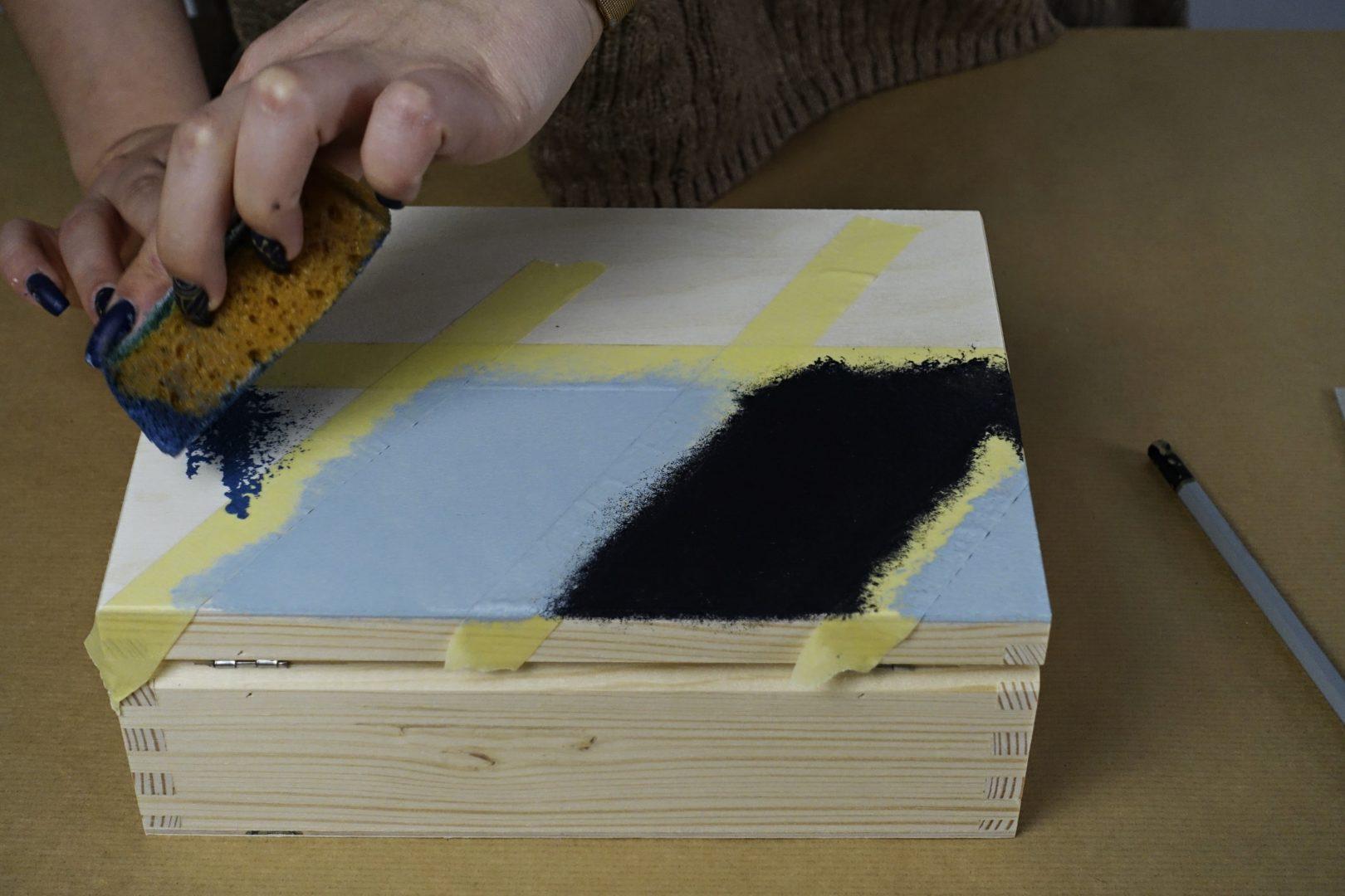 malowanie geometrycznych wzorów na drewnie